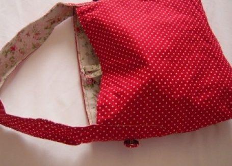 Sac: Le pois en folie douce Sac à main en coton rouge à pois blancs et doublure ivoire à fleurs. Une poche intérieure assure la fonctionnalité du sac. Ce petit sac seau est un must à avoir dans sa penderie cet été! L27xH24xP10