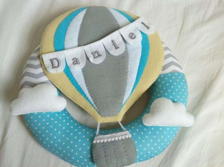 Enfeite para porta de maternidade no tema balão! Para levar seu pequeno às alturas!!!!! Guirlanda com base chevron cinza e branco com azul tiffany com bolinhas brancas. Balão cinza, branco, azul e amarelo. Podemos alterar as estampas. Medida: 35 cm.