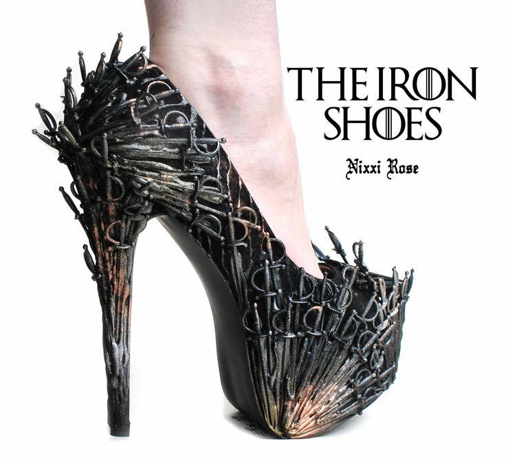 """Prawdziwa gratka dla fanek butów na wysokim obcasie. Warto jednak zaznaczyć, że nadają się one tylko dla tych pań, które czują się bardzo pewnie na podwyższeniu!  Co powiecie na parę butów z kolekcji Nixxi Rose – """"The Iron Heels""""? Szczególnie zainteresowane powinny być wielbicielki serialu """"Gra o tron"""", którym to niewątpliwe zainspirował się projektant, tworząc prawdziwe żelazne dzieło sztuki."""