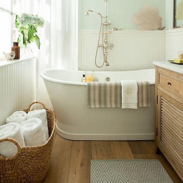 Подвесные полки, правильные акценты и масштабные зеркала – мы собрали для вас самые простые и актуальные решения: они сделают маленькую ванную удобной и уютной