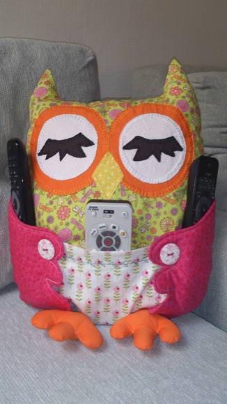 Almofada em formato de coruja porta controle remoto. Confeccionada em tecidos 100% algodão. Podemos variar as cores conforme sua preferência. Uma fofura!!! R$ 55,00