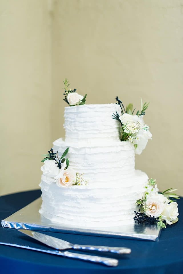 Wedding Cake With Ribbon Frosting And White And Blush Roses Dark Blue Accents Utah Wedding Photographers Utah Weddings Lds Temple Wedding Pictures