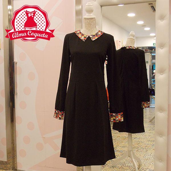 Vestido negro de cuello camisero con estampado en cuello y mangas #moda #ropa #fashion #vestido #retro #almacoqueta #leonesp #negro