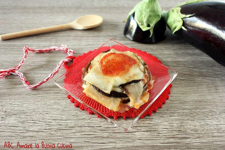 La parmigiana di melanzane e pesce spada è una deliziosa pietanza, simile alla classica parmigina, dal profumo di mare. Semplice e deliziosa!
