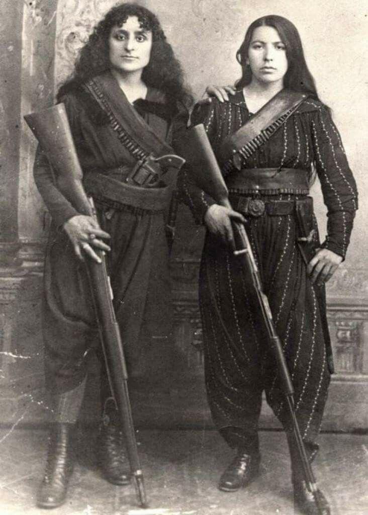Due donne armene posano con i loro fucili prima di andare in guerra contro gli ottomani, 1895.