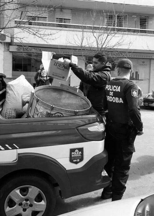 """Córdoba: la policía allanó organizaciones a un día de la marcha por Santiago Maldonado  31/08/2017 Por AGOSTINA PARISÍ    La Justicia cordobesa ordenó 15 allanamientos en sedes de partidos políticos, bibliotecas populares, centros culturales y un comedor barrial. Buscaban responsables por los """"incidentes"""" en la marcha contra el gatillo fácil. Se llevaron banderas y carteles con el rostro de Santiago Maldonado. Hay tres detenidos."""