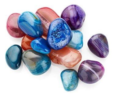 Toutes les énergies de la Terre-mère se retrouvent dans les pierres. Bien choisies, elles vous accompagneront tout au long de votre grossesse et vous aideront aussi bien sur le plan physique, énergétique qu'émotionnel. Les pierres décrites ci-dessous ont des actions bien précises. Recherchez en fonction de vos besoins celles qui vous seront le plus utiles mais fiez-vous aussi à votre intuition, elle est votre meilleure conseillère. On dit d'ailleurs que l'intuition est décuplée pe...