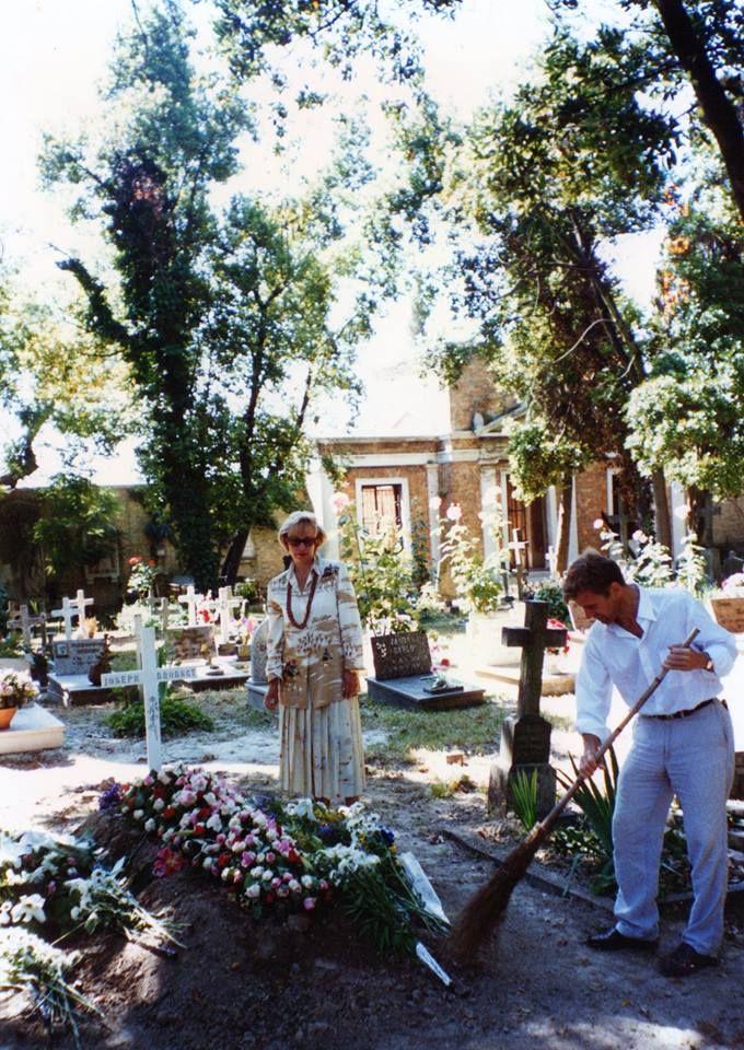 Михаил Барышников подметает у могилы Иосифа Бродского. Венеция, кладбище Сан-Микеле, 1997 г.