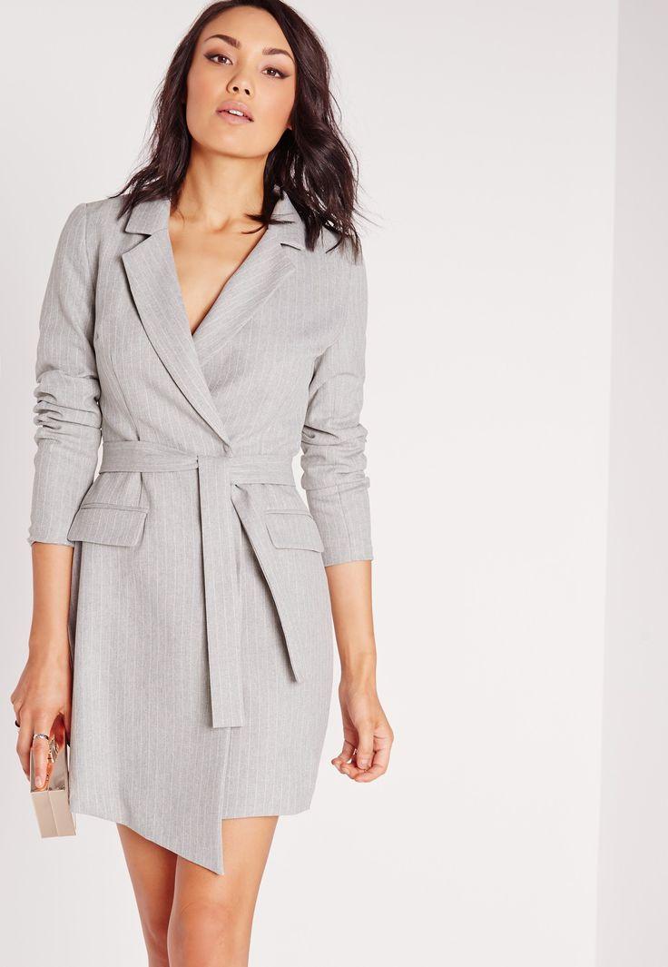 Cette robe-blazer portefeuille impose son style tout en chic et en  élégance. Sa