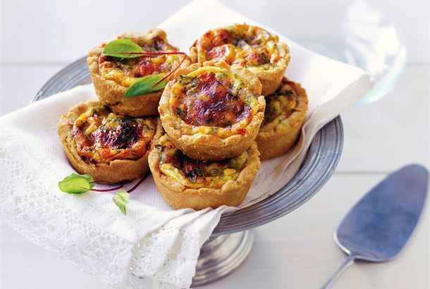 Pienet Quiche Lorrainet ✦ Juustopiiraiden kuulu ranskalainen klassikko, Quiche Lorraine, muuntuu nyt pikkuisiksi piiraiksi. Leivo niitä teen, kahvin tai vaikkapa glögin kanssa tarjottaviksi herkuiksi. Gluteenittomat piiraat löytyvät ohjeen lopusta. http://www.valio.fi/reseptit/pienet-quiche-lorrainet/ #resepti #ruoka