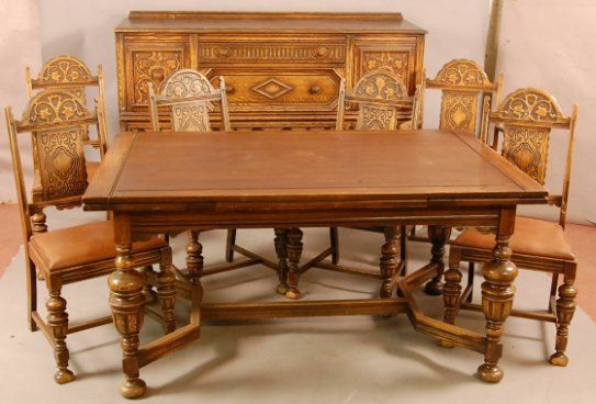 BEAUTIFUL 8 PIECE OAK DINING ROOM SET W/ PULL OUT LEAVES ON TABLE