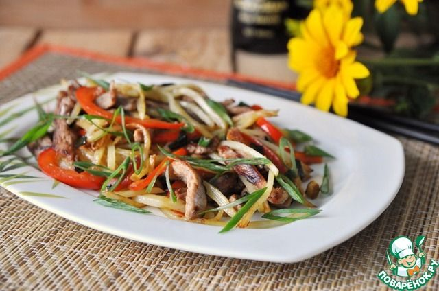 Insalata cinese con la carne di maiale ..  .Горячий китайский салат из картофеля и свинины ингредиенты
