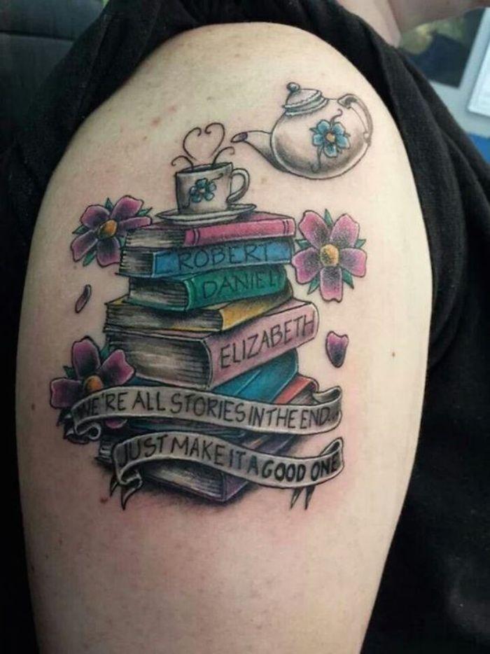 tatuajes de nombres, tatuaje interesante en el hombro, libros de color, nombres importantes