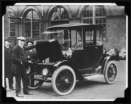 Thomas -Edison- inspectant- une- voiture- électrique- en -1913