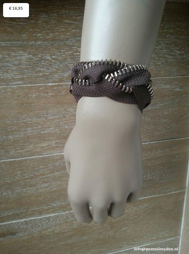 Armband Rits bruin,     is gevlochten van 3 rits delen. De stof is bruin en de metalen rits oud zilverkleur. De armband is 22cm lang en heeft nog een verlengketting waardoor die op lengte te verstellen is. Geschikt voor polsmaat 20 t/m 25cm. Aan de verlengketting hangt nog een leuk detail. De ritssluiting.     € 16,95 (excl. verzendkosten)   http://www.mijnwebwinkel.nl/winkel/yomesieraden/a-35810554/armbanden/armband-rits-bruin/