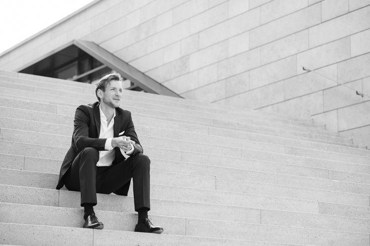 Inspiration für Businessfotografie   Inspiration Pose für ein Portrait-Fotoshooting in dem Deine Persönlichkeit rüber kommt. Achte bei der Wahl Deines Fotografen darauf, dass er Dich und Dein Business versteht und beides in einem Bild perfekt vereinen kann, damit Du eine schöne und aussagekräftige virtuelle Visitenkarte erhältst. Businessfotografie Männer