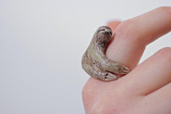 Faultier-Ring umarmt Ihren Finger von CuriousBurrow auf Etsy