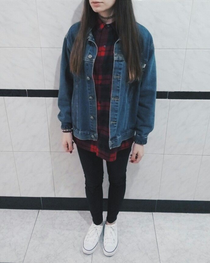 Cute, simple and grunge 90's outfit ✨ Tattoo choker, plaid shirt, vintage oversized denim jacket, black tight jeans, white converse.  --------------------------------------------------------- Outfit simple, bonito y grunge de los 90 ✨ Tattoo choker, camisa de cuadros, chaqueta vaquera, pantalones negros y converse blancas.