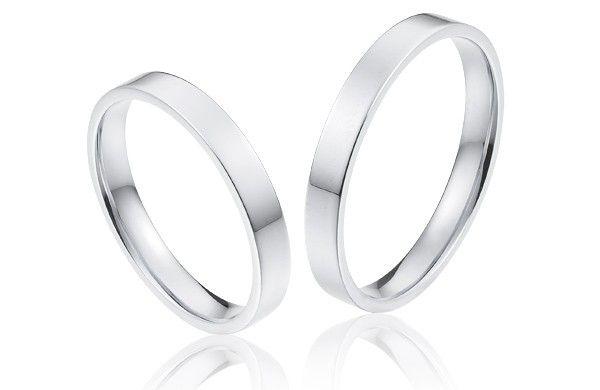 Gladde ringen met rechte lijnen in 14 krt witgoud, in een smalle elegante uitvoering van 3 mm breed.
