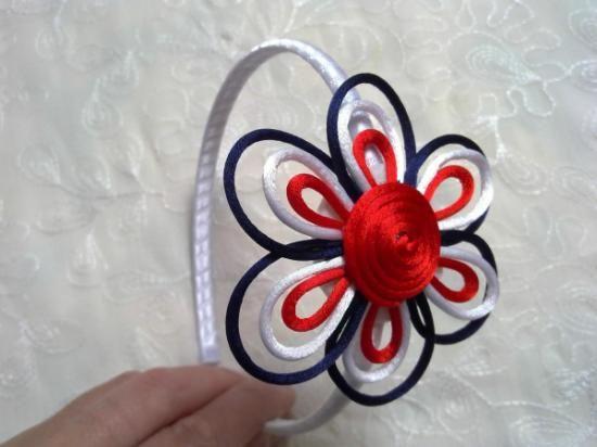 Diadema forrada de cinta de raso y adornada con una flor de 8 cm. en tres colores de cola de ratón.