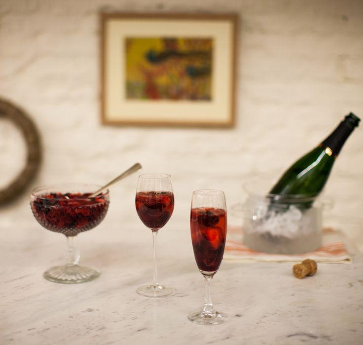 Prosecco com frutas vermelhas | Receita Panelinha: O prosecco com macerado de frutas vermelhas transforma o brunch do domingo em festa!