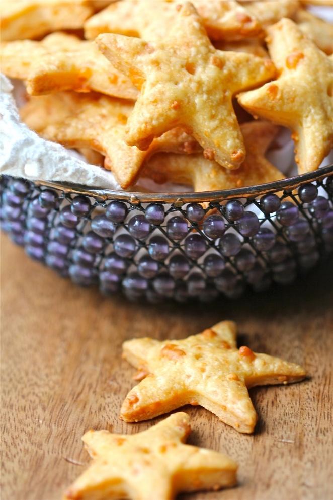Zelfgemaakte kaas crackers in de vorm van een ster. Leuke oud&nieuw hapje met een lekkere dip