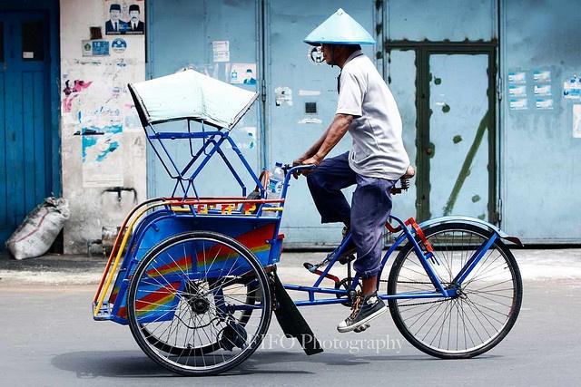 Ride a becak (traditional rickshaw)