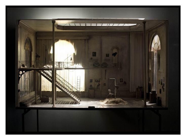 Charles Matton est un artiste français qui recréait des pièces en miniatures dans des boites, en plus de lieux anonymes il fabriquait aussi des ateliers de sculpteurs célèbres ou des bibliothèques d'écrivains, vous pouvez voir plus de ses réalisations sur son site (http://www.charlesmatton.com/)Arty Farty, Dioramas Miniatures, Miniatures Spaces, Art Studios, Enclosure, Charles Matton, Miniatures Art, Visual Art, Dolls House