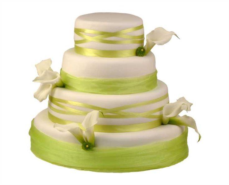 Svatební dort 37 Čtyřpatrový svatební dort, o rozměrech 18 cm, 24 cm, 32 cm a 40 cm, obalen fondánem, dozdoben živými květy a saténovými stuhami