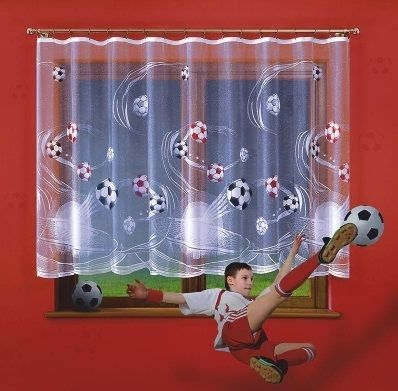 Firanka futbol w metrażu Piękna #firanka_do_pokoju małego fana piłki nożnej.   Ręcznie malowany motyw z dużą dbałością o szczegóły, sprawia, że jest to wyjątkowo piękna firanka.    Wysokość: 150 cm Szerokość: dowolna firanka w sprzedaży na metry bieżące.   Cena dotyczy 1mb.    Firanka zachowuję swoje kolory nawet po wielu praniach.  Dostępna w dwóch rozmiarach na stronie kasandra.com.pl
