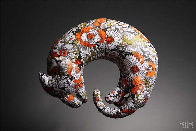Кошкоподушка Вторая игрушка, созданная по собственной выкройке. Задумывалась как подушка для путешествий. Прекрасно справляется со своей функцией - весьма…