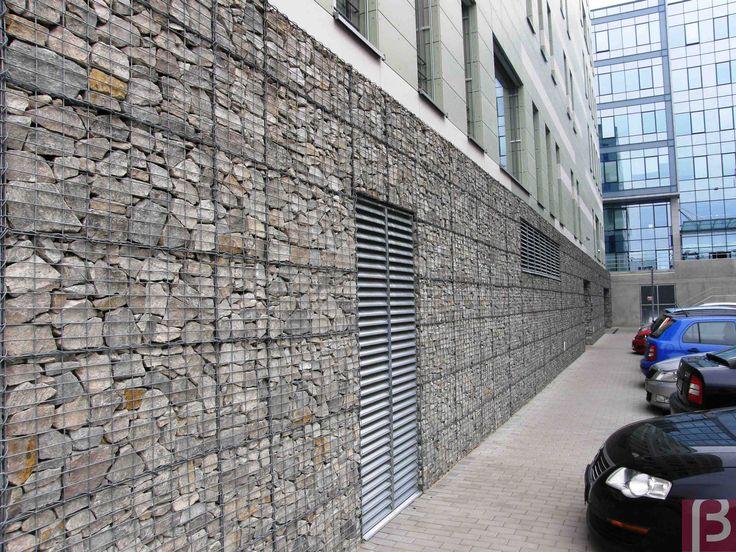 Ściany obłożone koszami gabionowymi