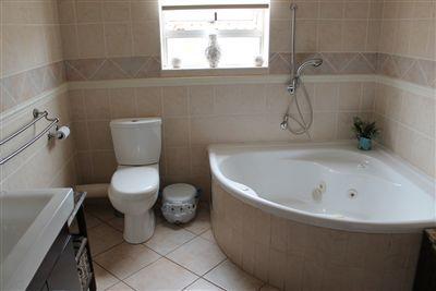 Main bathroomBath, Separate shower