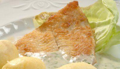 Platija rebozada con salsa de perejil y patatas