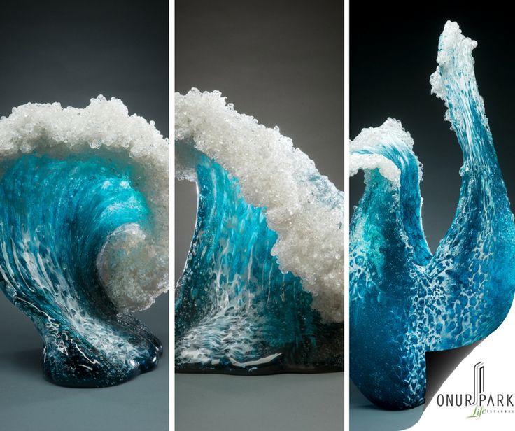 Doğa ve okyanus sevgisinden ilham alan tasarımcılar, büyük mavi dalgaları dekoratif öğelere dönüştürerek evinizin salonuna taşıyor. İşte, okyanus esintili vazolar...
