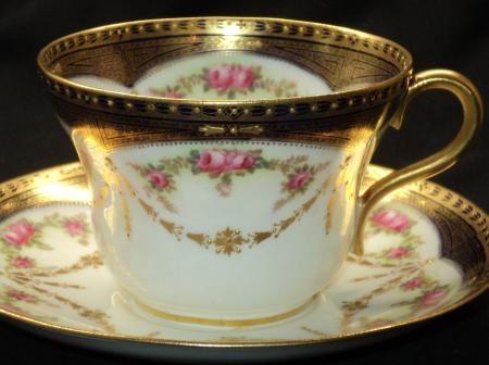 Šálek na kávu * bílý porcelán zdobený zlatým okrajem a malovanými růžičkami se zlatými lístky.