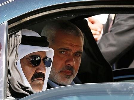 L'émir du Qatar Cheikh Hamed al Thani, son épouse Cheikha Moza ainsi qu'une importante délégation qatarie se sont rendus hier dans la bande de Gaza.Il s'agit de la première visite d'un chef d'Etat étranger dans ce territoire palestinien depuis l'accession au pouvoir du mouvement politico militaire Hamas en 2007.Le Qatar a décide d'augmenter considérablement son aide, à 400 millions$, pour la reconstruction de la bande de Gaza.«L'émir a accepté d'augmenter l'investissement du Qatar de