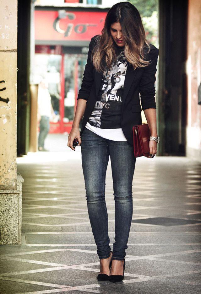 Acheter la tenue sur Lookastic:  https://lookastic.fr/mode-femme/tenues/blazer-t-shirt-a-col-rond-jean-skinny-escarpins-pochette-montre/6260  — T-shirt à col rond imprimé noir et blanc  — Blazer noir  — Pochette en cuir bordeaux  — Montre argentée  — Jean skinny bleu marine  — Escarpins en daim noirs