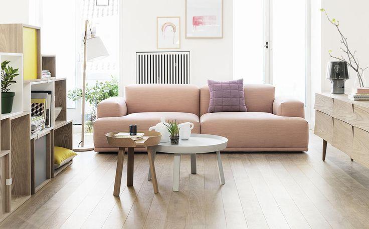 Muuto Around Coffee Table är en snygg serie av runda soffbord i olika storlekar, formgiven av Thomas Bentzen. Serien har ett väldigt modern uttryck, i en tydligt skandinavisk stil, och kommer i tre storlekar. Välj mellan small, large eller extra large med en diameter på 45, 72 respektive 95 centimeter. Det minsta soffbordet har dessutom en högre höjd än de andra modellerna som gör att det fungerar oerhört väl tillsammans i grupp med ett större bord.