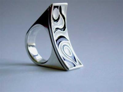 anillo plata ,resina blanco y negro artesanal