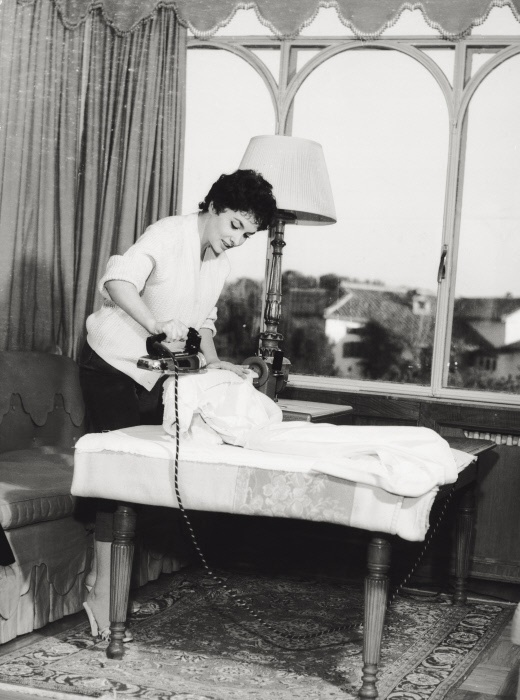 Italian actress Gina Lollobrigida ironing in her residence on the Appian way. Rome, 1956 MONDADORI PORTFOLIO