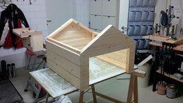 Schicke Mähroboter Garage aus Holz für Ihren Rasenmäher Roboter. Vollständiger Wetterschutz, mit Solar LED und mit Tor.