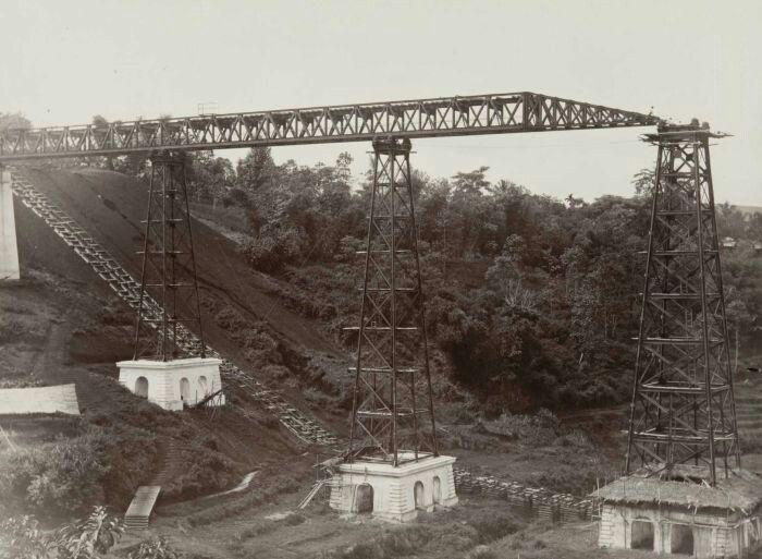 Foto is gemaakt tijdens de aanleg van de Staatsspoorwegen spoorlijn Padalarang - Krawang. Aanleg van een spoorbrug. 1890 - 1910