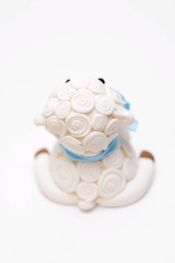 Adorno de torta fondant bebé cordero con arco por SweetPeaCakesArt