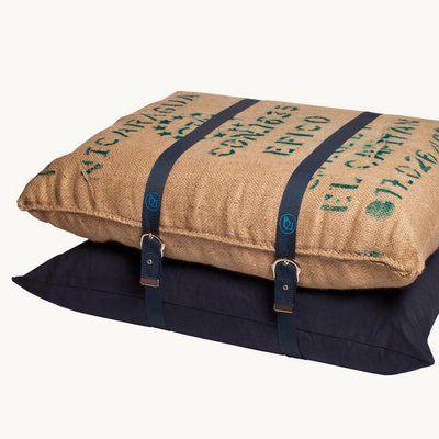 Un pouf composé de sacs à café originaux, garnis de mousse et maintenus par des sangles bordées. 60 x 90 x 45 cm 420 €. Design Rebecca Vallée-Selosse. Pouf Double Expresso. Bienvenue 21.