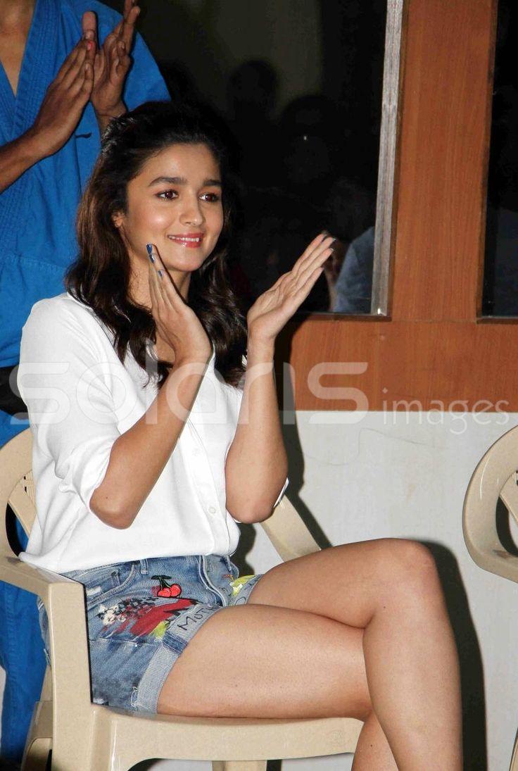 Alia bhatt hot and spicy images wallpapers - Alia Bhatt Show Hot Juicy Leg In Short Shorts