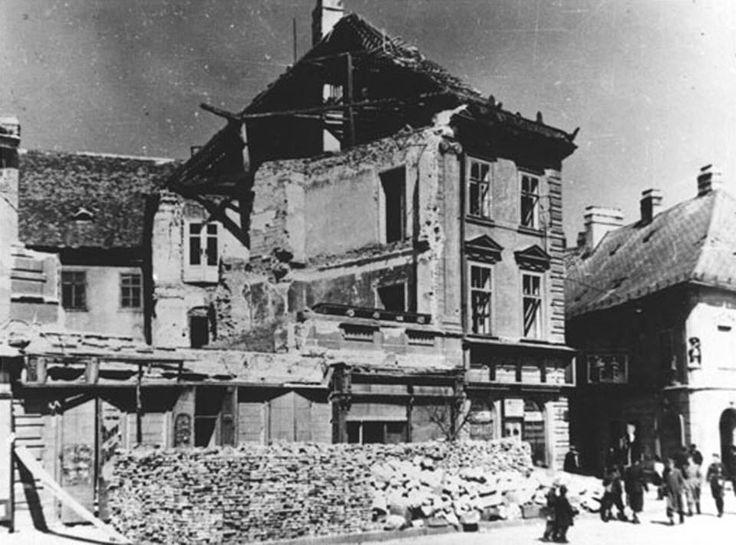 """""""Az amerikai 15. légi hadsereg B-24-es bombázói közül 73 repülőgép 1944. december 6-án 736 db 500 fontos (összesen 162 tonna) romboló bombát dobott a városra. … az aznap Szombathelyt támadó 98-as bombázócsoportból kivált hat gép koncentrált támadást hajtott végre a …GySEV pályaudvar ellen, …88 db 500 fontos rombolóbombát dobtak mintegy 7300 m magasból a kijelölt célpontra. """" *(ifj. Sarkady Sándor)"""