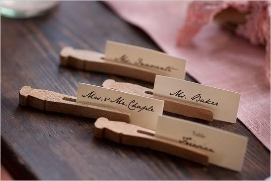 Wasknijpers als naamkaartje tijdens diner | Meer tips en ideeën: http://www.jouwwoonidee.nl/knutselen-met-wasknijpers/