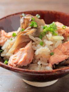 秋の味覚を贅沢に!鮭とまいたけの炊き込みごはん