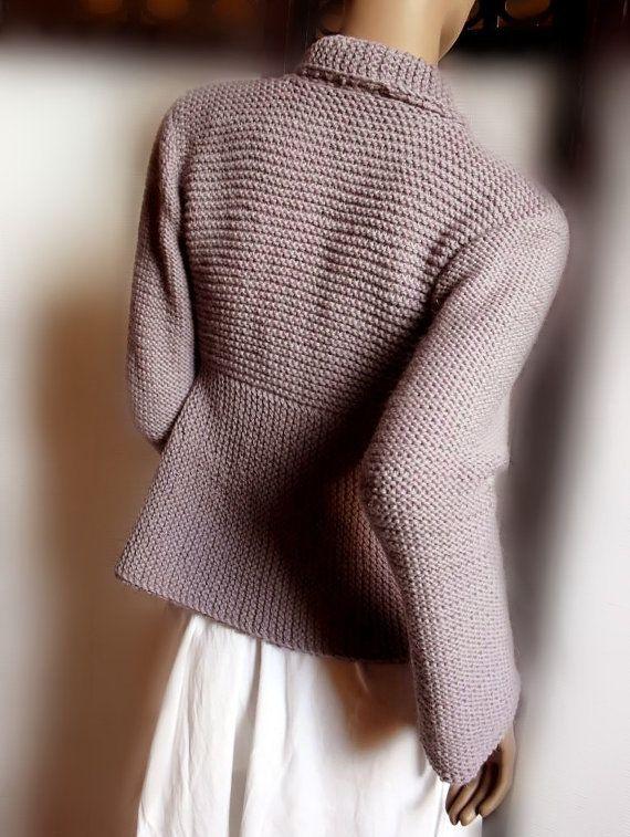 Chaqueta mujer en Heather suéter, lana suéter Cardigan con bordes redondeados y forma de medida. Esta chaqueta suéter es hecho punto con suave lana y alpaca mezcla mezcla ligeramente tiene mangas largas en forma de campana y punto frontera. Los botones son de madera y hecho a mano con el patrón agradable Elegante y cálido para usar con jeans o falda o vestido...  65% lana y 35% alpaca 100% tejido a mano por Pilland 100% natural  Disponible también con otros colores y tamaños. También puede…